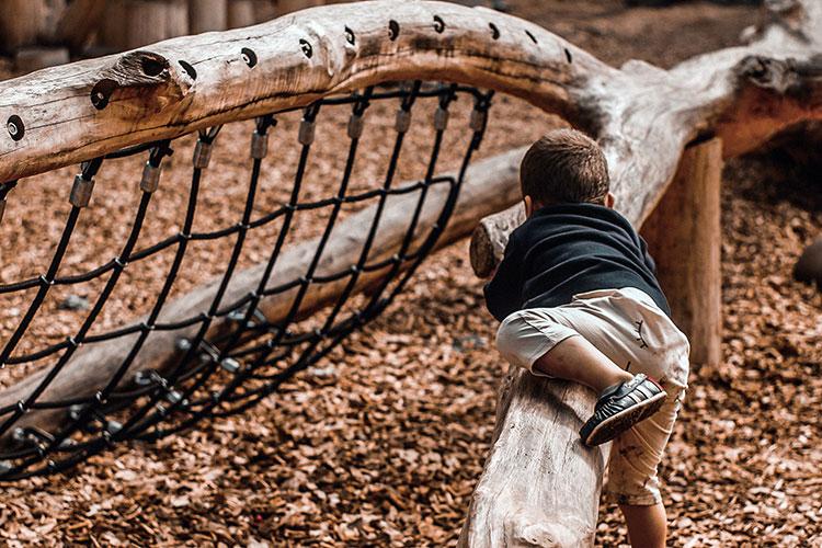 Kinder Schatzsuche auf dem Spielplatz