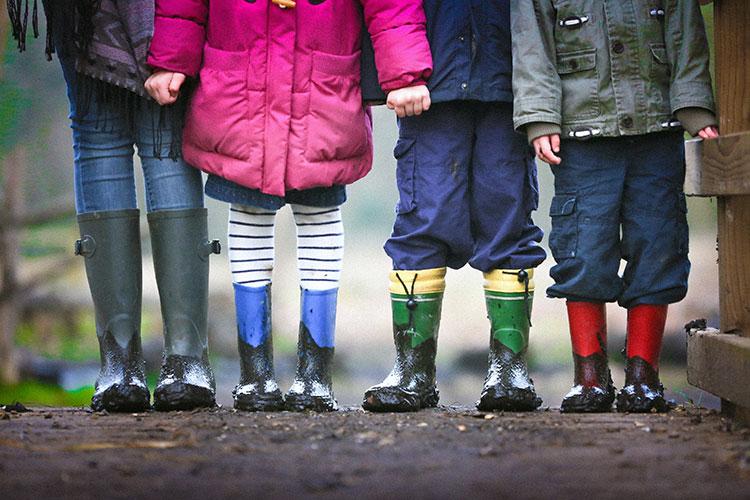 Kinder Schatzsuche bei Regen